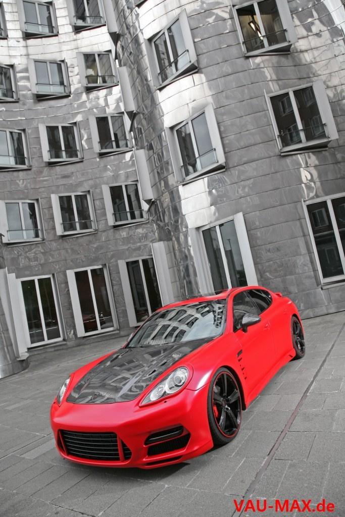 alles auf rot porsche panamera tuning die vierte dimension in rot matt fotostrecke vau max. Black Bedroom Furniture Sets. Home Design Ideas