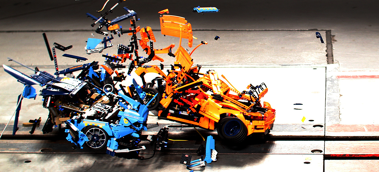 hier zerlegt es zwei lego klassiker bei 60 km h crash video lego technic porsche vs bugatti. Black Bedroom Furniture Sets. Home Design Ideas